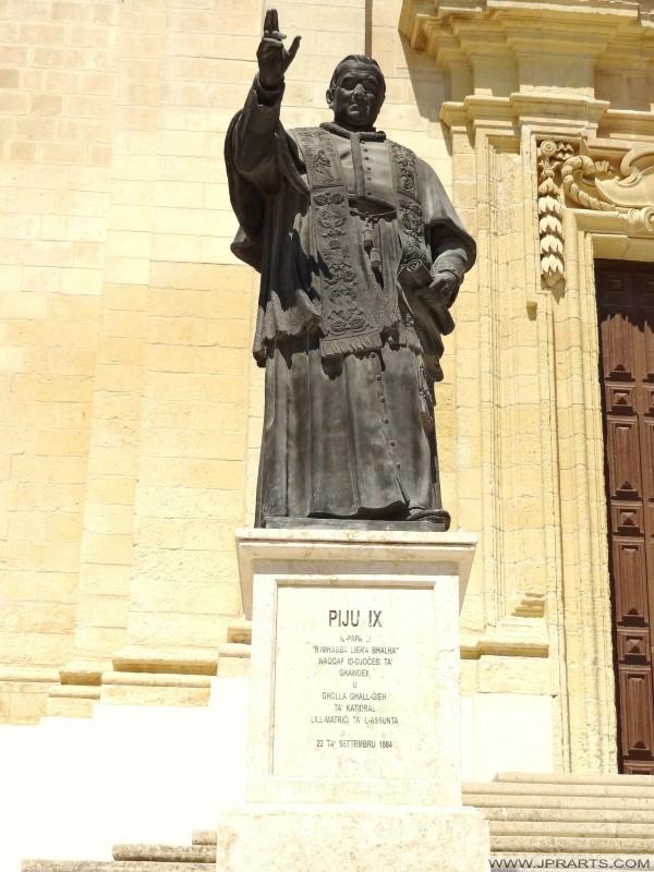 Estatua de bronce del papa Pío IX fuera de la Catedral en la Ciudadela, Victoria (Rabat), Gozo, Malta