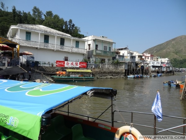 Tai O perahu desa nelayan naik (Hong Kong)