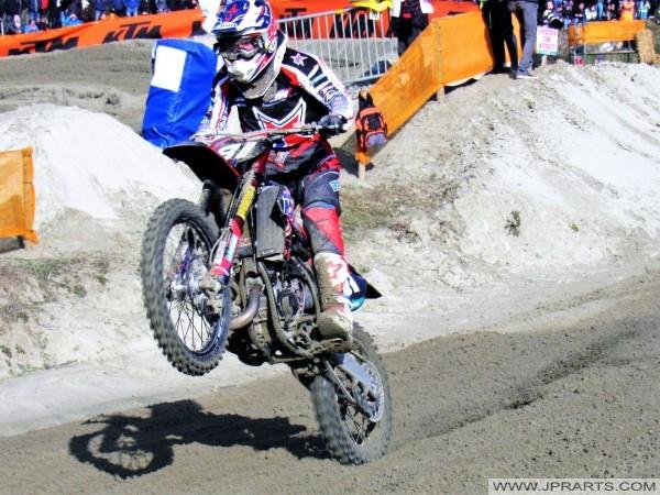 Motocross-Fahrer Durchführung Stunt mit Motorrad