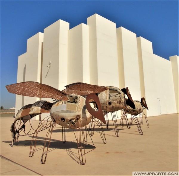 منحوتات خارج متحف قلعة البحرين