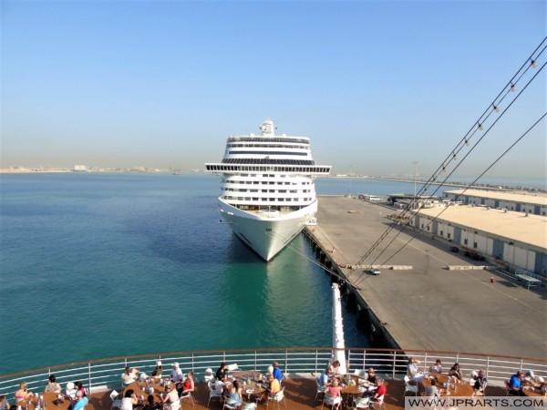 Kreuzfahrtschiffe im Hafen von Bahrain