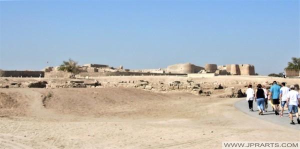 Touristen auf dem Weg zur Festung Bahrain
