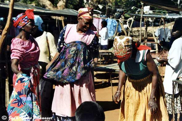 [Photo Women chatting on Victoria falls market]