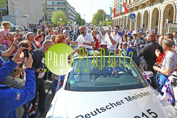 """Mannheim. 23.04.15 Gemeinsam mit den Adlern feiern die Mannheimer die Deutsche Meisterschaft: zunächst mit einem Empfang im Rathaus. Viele Fans sind in die Stadt gekommen, um ihrem Team zuzujubeln, das sich zunächst auf dem Rathaus-Balkon präsentierte. Stadionsprecher Udo Scholz stellte jeden Spieler vor - und sie alle ernteten entsprechend Applaus von den begeisterten Mannheimern. """"Der Pokal ist wieder da, wo er hingehört"""", verkündete Kapitän Marcus Kink vom Balkon. Und die Fans sangen: """"Deutscher Meister ist nur der MERC!"""" Mit Fangesängen lobten sie einzelne Spieler - und skandierten: """"Geoff Ward, Meistertrainer!""""       Im Anschluss startete ein Autokorso vom Rathaus über die Planken bis zum Kaiserring. - Teall Fowler und Geoff Ward (re) Bild: Markus Proßwitz 23APR15 / masterpress (Bild ist honorarpflichtig) (Markus Prosswitz / masterpress)"""