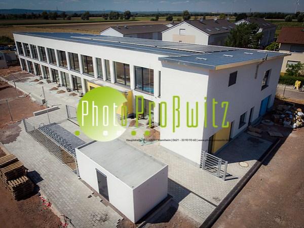 Luftaufnahme eines Neubaus. Kindertagesstätte Weidstraße. Dachkonstruktion mit Solaranlage, Hoch hinaus aufs Dach