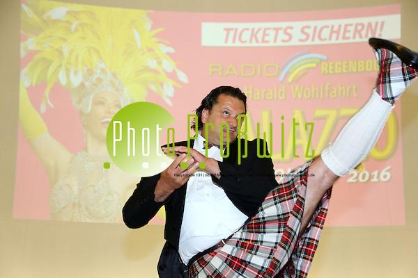 """Mannheim. 20.07.16 Planetarium. Vorstellung des neuen Palazzo Programms für die Spielzeit 2016/17. unter dem Motto """"Viva la Vida"""" feiert 18. Palazzo-Saison das Leben. Denn das Leben wird nicht gemessen an der Zahl der Atemzüge, sondern an den Momenten, die uns den Atem rauben und es damit unvergesslich machen. Und unter diesem Motto treffen sich ab dem 21. Oktober unter dem Sternenfirmament des Spiegelpalasts am Mannheimer Europaplatz spektakuläre neue Akrobatik-Highlights aus der internationalen Showszene und die Lieblings-Topacts aus den vergangenen Spielzeiten des Radio Regenbogen Harald Wohlfahrt Palazzo. In einer Pressekonferenz im Mannheimer Planetarium stellten heute die beiden Palazzo-Produzenten Gregor Spachmann und Rolf Balschbach das neue Programm vor. - Steve Eleky Bild: Markus Prosswitz 20JUL16 / masterpress (Bild ist honorarpflichtig - No Model Release!) (Markus Prosswitz / masterpress)"""
