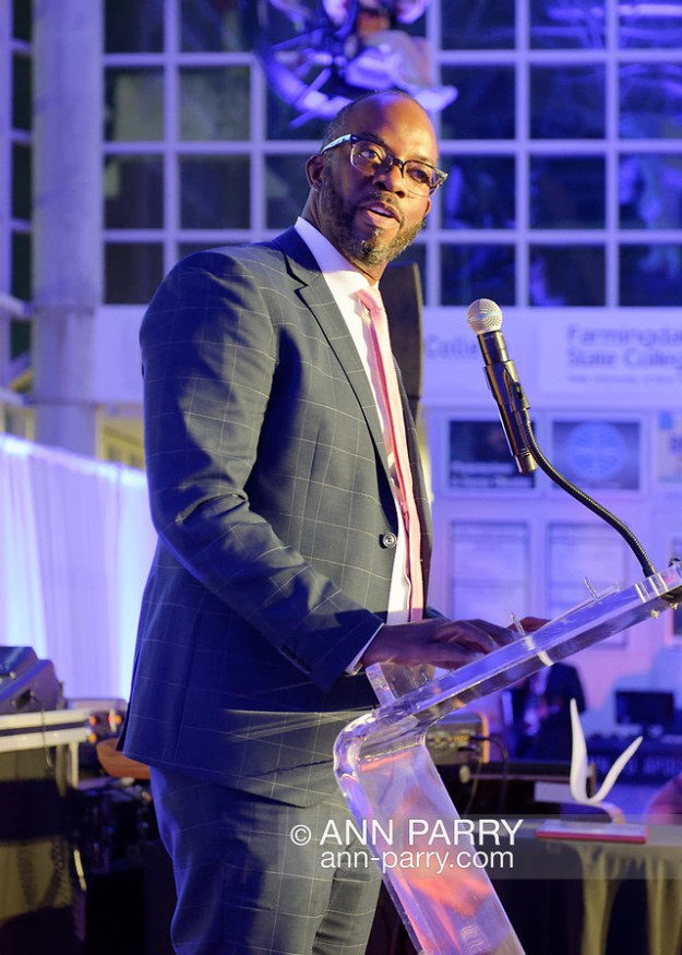Garden City, NY, U.S., Nov. 14, 2019. HUNTLEY LAWRENCE, the Aviation Leadership Award honoree, speaks at podium during 7th Annual Cradle of Aviation Museum Air & Space Gala. (© 2019 Ann Parry/Ann-Parry.com)