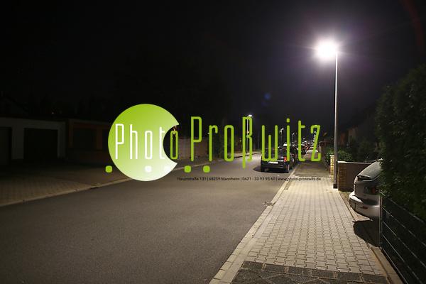 Mannheim. 28.08.17 | LED Lampen Schönau. Schönau. Stettiner Straße. Neue, moderne und stromsparende LED Lampen wurden auf die bestehenden Lichtmasten gesetzt und leuchten die Straße aus. Der teils dahinterliegende Fußgängerweg bleibt im Dunkeln.  - Die Anwohner fürchten um ihre Sicherheit und empfinden die Beleuchtung als zu dunkel.  - Graudenzer Linie. Hier sind die Masten auf der Grundstücksseite und leuchten den Gehweg mit aus. gegenüber stehen die Masten an der Straßenkante. BILD- ID 0346 | Bild: Markus Prosswitz 28AUG17 / masterpress (Bild ist honorarpflichtig - No Model Release!) (Markus Prosswitz / masterpress)