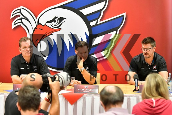 v.l. Mannheims Trainer Sean Simpson, Mannheims Co-Trainer Colin Muller und Mannheims Co-Trainer Jochen Hecht  bei der Pressekonferenz der Adler Mannheim. Foto © PIX-Sportfotos *** Foto ist honorarpflichtig! *** Auf Anfrage in hoeherer Qualitaet/Aufloesung. Belegexemplar erbeten. Veroeffentlichung ausschliesslich fuer journalistisch-publizistische Zwecke. For editorial use only. (PIX-Sportfotos/Michael Ruffler)