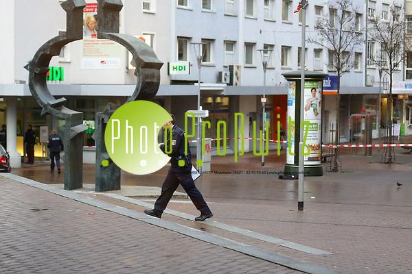 Ludwigshafen. 18.01.18 |  Heute, um 10.19 Uhr, wurde der Polizei eine aggressive Person in der Postbank in Ludwigshafen am Rathausplatz gemeldet. Die Person hantiere mit einem Messer und würde auf die Polizei warten. Beamte vor Ort erkannten den mit einem Messer bewaffneten 43-jährigen Ludwigshafener und forderten ihn auf, das Messer wegzulegen. Da der Mann den mehrmaligen Aufforderungen, das Messer wegzulegen, nicht nachkam und weiterhin aggressiv gegen die Polizei vorging, wurde durch die Beamten die Schusswaffe eingesetzt. Dabei wurde der Mann am Bein verletzt. Der Rathausplatz musste kurzzeitig komplett gesperrt werden. Bild: Markus Prosswitz 18JAN18 / masterpress (Bild ist honorarpflichtig - No Model Release!)  BILD- ID 01799 | (Markus Proßwitz / masterpress)