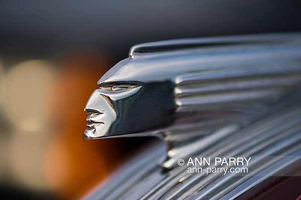 Bellmore, New York, USA. 11th August 2017. Hood ornament closeup is shown of 1938 Pontiac 2-door sedan parked at the Bellmore Friday Night Car Show. (Ann Parry/Ann Parry, ann-parry.com)