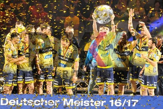 Rhein-Neckar Loewe Filip Taleski (Nr.28) mit der Meisterschale beim Spiel in der Bundesliga Rhein Neckar Loewen - MT Melsungen. Foto © PIX-Sportfotos *** Foto ist honorarpflichtig! *** Auf Anfrage in hoeherer Qualitaet/Aufloesung. Belegexemplar erbeten. Veroeffentlichung ausschliesslich fuer journalistisch-publizistische Zwecke. For editorial use only. (PIX-Sportfotos/Michael Ruffler/PIX-Sportfotos.de)