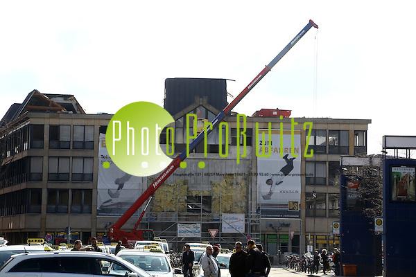 """Mannheim. 07.03.16 Am Hauptbahnhof. Abriss Post Gebäude. Das ehemalige Post-Areal mit einer 42 000 Quadratmeter großen Fläche am Hauptbahnhof, soll nach dem Abriss der alten Gebäude mit einem Mix aus Wohnungen, Büros und Hotels neu bebaut werden. Die """"Wohnbau Ostermayer GmbH"""" aus Altrip sowie """"Diringer & Scheidel"""" planen dort Projekte und haben große Flächen erworben. Bild: Markus Prosswitz 07MAR16 / masterpress (Bild ist honorarpflichtig - No Model Release!) (Markus Prosswitz / masterpress)"""