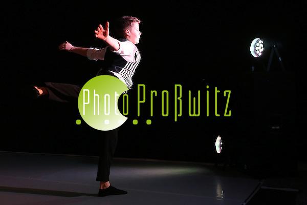 Mannheim. 10.02.17 | BILD- ID 082 | Dance Professional Mannheim zeigt eine Jahres-Show, in der sich junge Tanztalente präsentieren, die sich momentan auf eine Tanzausbildung vorbereiten. - Alisa Behnke, Marta Lufinha, Andre Meyer Bild: Markus Prosswitz 10FEB17 / masterpress (Bild ist honorarpflichtig - No Model Release!) (Markus Prosswitz / masterpress)