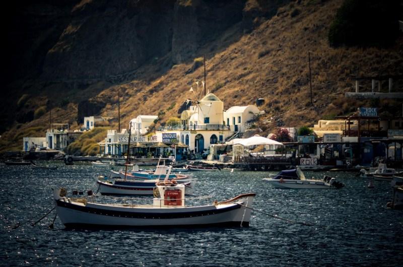 La particolare bellezza di Santorini, senza folla Il porticciolo di Thiresia. Santorini.