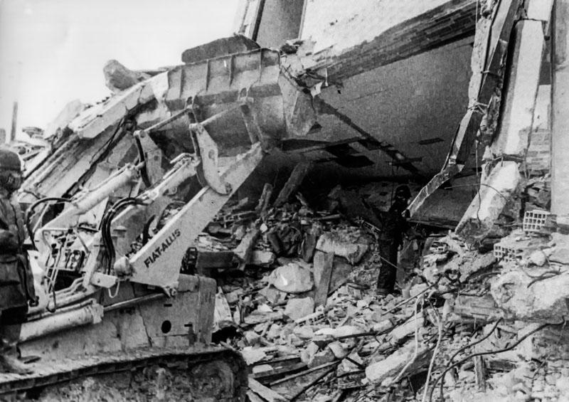 Sant' Angelo dei Lombardi - Scavando sotto le macerie - 1980 Earthquake
