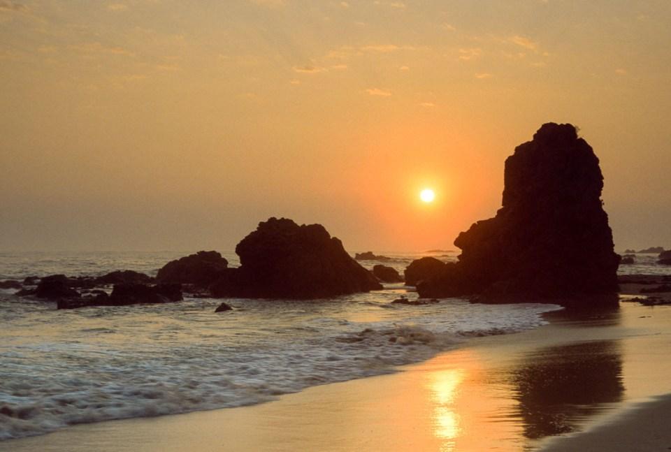 Sunrise at Flynns Beach | Nikon F100 | Nikkor 28-105 f/3.5-4.5 AF D |Fujifilm Provia F 100