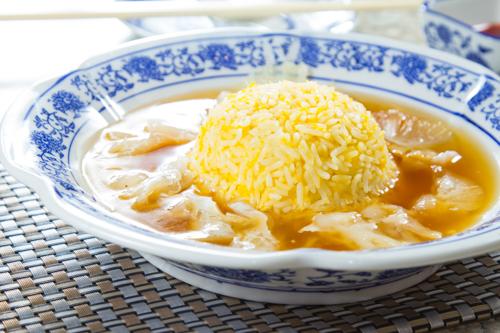 【中式宴會菜紅燒花膠魚翅配蛋白炒飯】的美饌素材畫像