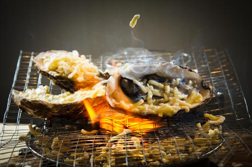 【把芝士灑落鐵網上燒烤的生蠔】比自己拍攝更能減低成本的食物相片方案