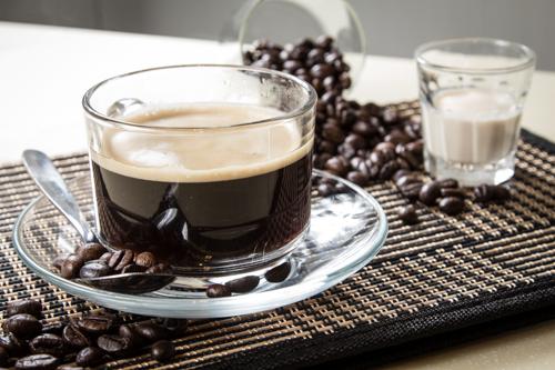 【透明玻璃杯香醇濃厚黑咖啡飲料配咖啡豆及奶精】便宜好用的圖庫相片