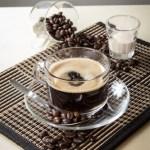【透明玻璃杯香醇濃厚黑咖啡飲料配咖啡豆及奶精】平到笑飲食業專用素材圖像