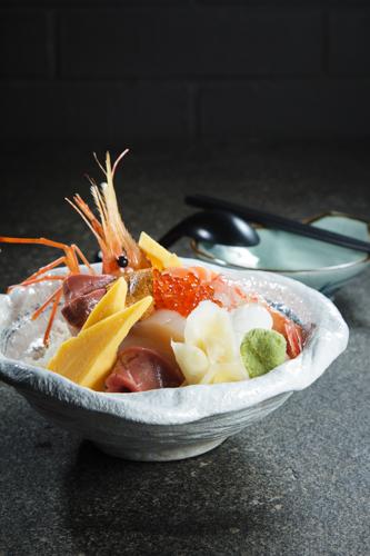 【牡丹蝦三文魚子油甘魚魚生刺身丼飯】食品工業用減省支出最佳方案圖庫相片