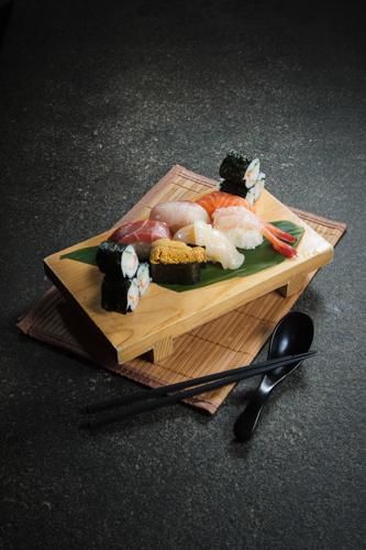 【三文魚海膽三文魚子赤貝帆立貝卷物壽司盛合】專業食物攝影師拍攝的圖片庫