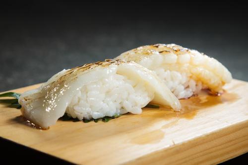【兩件火炙白身魚壽司】食品工業用減省支出最佳方案圖庫相片