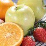 オレンジ、リンゴ、イチゴ、キウイなどの新鮮な果物
