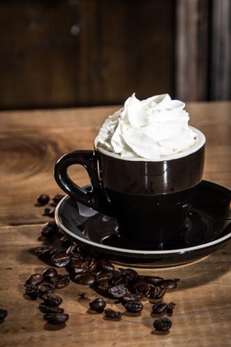 ブラックカップとクリームコーヒー