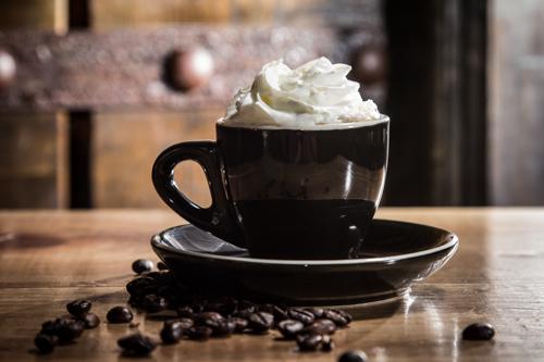 黑色杯子與忌廉咖啡