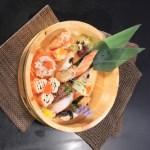 用檜木盤裝著的壽司拼盤