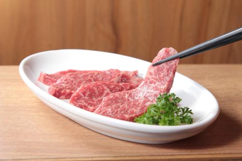 お箸で取り上げた霜降り和牛肉