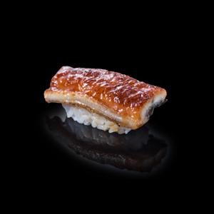 蒲燒鰻魚壽司 黑色背景倒影版本的去背退地食物素材相片