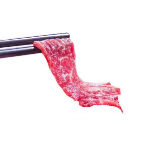 用筷子夾起火鍋用生牛肉的去背退地食物素材相片