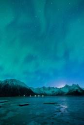 Fjord unter dem Polarlicht