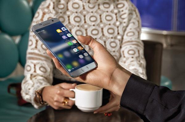 Samsung Galaxy S7 edge, silver titanium: apps edge via Edge UX. Image Courtesy of Samsung