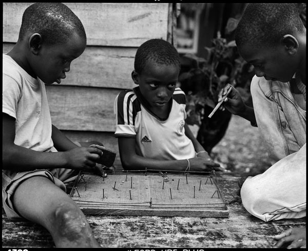 Buenaventura, Colombia, 2015: Children in Puente Nayero play an improvised game of table football. The success of the Puente Nayero Humanitarian Space has encouraged residents on the neighboring street of Punta Icaco to begin organizing to create their own humanitarian space. ©Graciela Iturbide