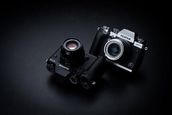 Fujifilm X-T3: Black (left) and Silver (right)