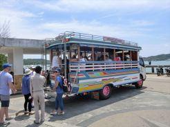 長い桟橋のため、ローカルバスを利用して桟橋先に停泊している船へ向かいます / シーカヌー1日ツアー(デラックス)の紹介(その1)