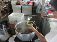 ビーフン&豚肉のスープ Bee Hoon Kra Dook Moo ( หมี่หุ้นกระดูกหมู ) / プーケットのローカルフード
