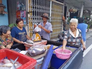 プーケット島のローカルエリアにて見かける鮮魚の行商 ( 移動販売車にて )