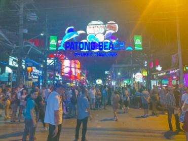 """バングラ通りエントランスの""""PATONG BEACH """"の大看板が外されていました。"""