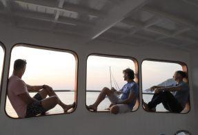 ラヤ島サンセットディナー デラックスツアー (スライダー付き船にて)
