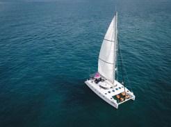 カタマランで行く ラヤ島+コーラル島 (ロングビーチ) サンセットツアー