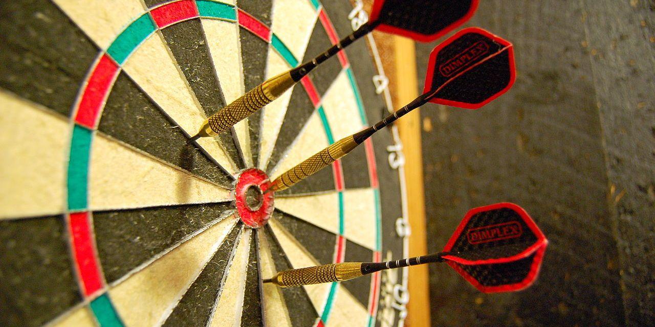 Wie wird dem Pfeil im Dartspiel die richtige Eigenrotation verliehen?