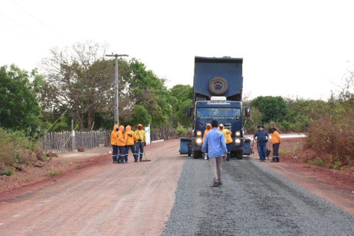 BR 316 Picos Povoado 5 Wellington visita obras da rodovia que liga Picos à zona rural e entrega casas