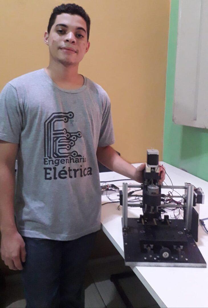 1 7 Aluno de Engenharia Elétrica da Uespi desenvolve máquina que produz placas de circuito