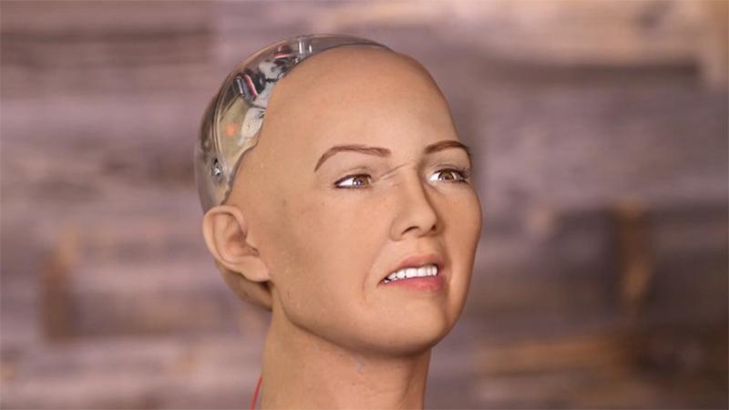 """Sofia, il robot """"troppo"""" simile agli umani che fa promesse inquietanti – VIDEO"""