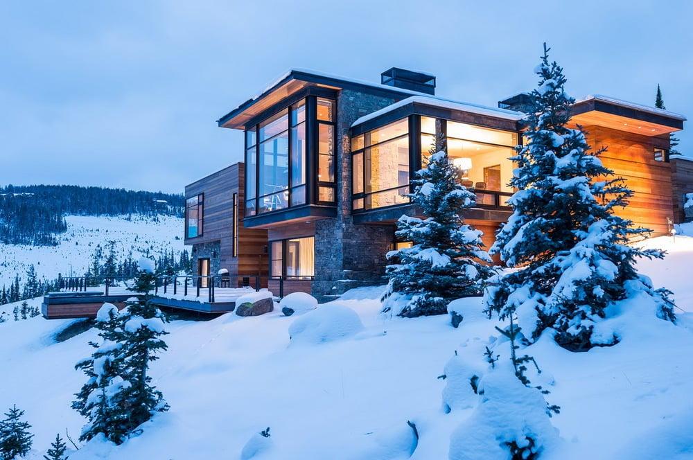 Mi piace anche la possibilità di arredare gli interni delle case in montagna utilizzando mobili e rivestimenti in legno, tessuti caldi e pesanti, decorazioni in stile nordico, oggetti che scaldano ulteriormente l'ambiente.e quale periodo è migliore di questo per parlare di come. Case Di Montagna